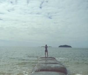 Мені терміново потрібно до моря, Дістатися моря, щоб просто пірнути Й тоді вже назавжди залишитись мокрим, Залитися, злитись з рябим, каламутним...