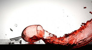 Я Вас у собі, мов коштовну карафку, розбила — І душу, як білий обрус,  просочило щемливе вино!