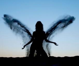 ...серед цілого  білого світу сумна, і тоді, аби хвилі здолати, вона розмальовує крила метеликам буднів...