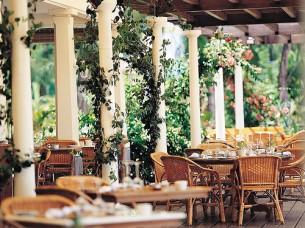 В маленьком ресторанчике, где терпко от запаха моря, Звучит итальянская песня - о чём-то поют двое. Плиты от солнца горячие - даже сквозь босоножки...