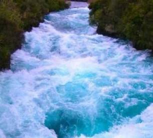 ...я божа, я вільна, свавільна!  Я річка. Я легко стікаю тобі на вуста.  Річ- Но у тім, що мій хист, що мій скарб віч- Но тектиме луками-вустами...