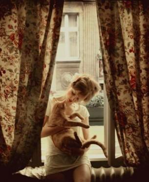 додивлятися сни - і завжди повертатись,  кожен крок по землі за ціну благодаті.  у квартирі щодня порохи витирати  поливати герань і у вікнах ставати....