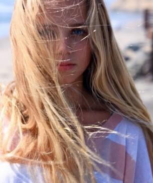 З усмішкою діви Марії,   з волоссям, рожевим, як цвіт.   І ось я торкаюся шкіри, Лоретто.   Такої гарячої шкіри твоєї дитячої шиї.   І я вже не бачу причини   на те, щоби клясти цей світ…