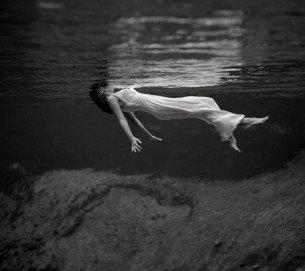 ...вірджиніє вульф твоя ріка тече з тебе через твої підводні сади до далеких пустель яких немає на мапах...