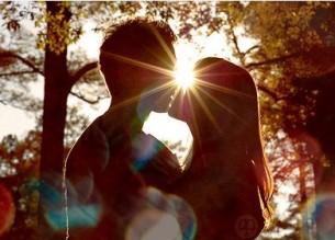 """Я тебе… За твоїм плечем Тополя і Сонце – Як літера «ю», Вітер читає протяжно: юууууууууу (Відлунням із Ліверпуля: """"I love"""" Тричі). Кличе Вітряний вечір, Підштовхує в спину – Руки – на плечі – за плечі..."""