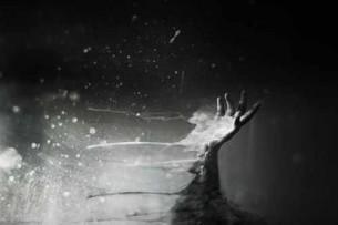 Щось рветься мені з легенів, як смуток з місяця вповні. Не бійся, торкнись легенько – потече по пальцях, долоні...