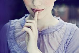 Мені так мало треба - лиш любові, У русі кожному, у кожнім слові Її відчути тілом і душею...