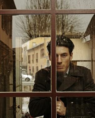 Вот, стою перед дверью твоею, Не дано мне иного пути, Хоть и знаю, что не посмею Никогда в эту дверь войти.