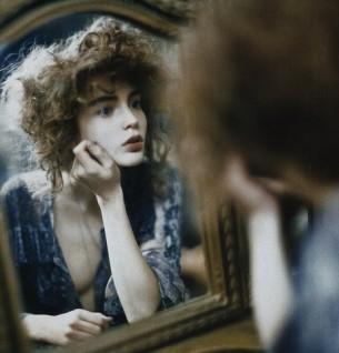 """...казалось предметы  как зачарованные  смотрели сейчас на нее  """"любуйтесь пока я в форме""""  вышла она из халата и накинула нежный голубоватый лоскут..."""