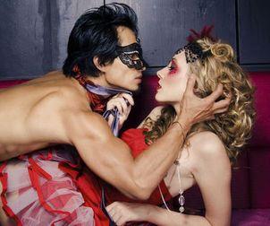 мрійливий П'єро так завзято шукає загублені поетичні рими на перехресті її ніг, де квітнуть дикі троянди в німому очікуванні на його поцілунок, такий прохолодний і свіжий… Пікова Дама губить солодкі зітхання