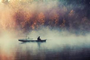 Руки ловца пахнут рыбьим отчаяньем.  хлебом и куревом терпко-привычно,  соком травы и касанием чаек,  плачем реки, на сетях его высохшим.