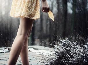 Я вывел бы ее закон, ее начало, И повторял ее имен инициалы. Я б разбивал стихи, как сад. Всей дрожью жилок...