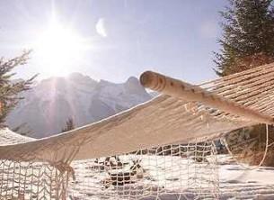 Гамак у зимовому парку  посеред Європи.  Я лежу  така спрагла за нештучністю,  за знятими окулярами...