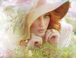 О, женщина, дитя, привыкшее играть И взором нежных глаз, и лаской поцелуя, Я должен бы тебя всем сердцем презирать...