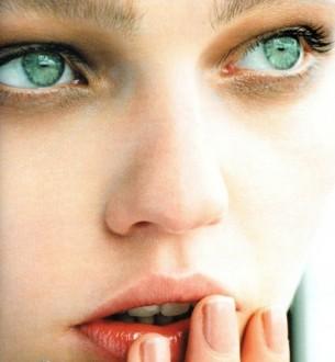 Коли до губ твоїх лишається півподиху,  коли до губ твоїх лишається півкроку —  зіниці твої виткані із подиву,  в очах у тебе синьо і широко.