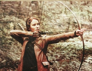 Та ні, не минулось. Ти знов повернувся і стріли Приніс на плечі. Я вечерю зварила тобі.  Я стала тобі тятивою. І випнулось тіло Заламаним луком. Ми знову зійшлись в боротьбі.