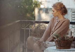Друг!  Меня терзают сейчас два искушения: Вы и солнце. Две поверхности: одна — песчаная, моего листка, другая — каменистая, моего балкона...