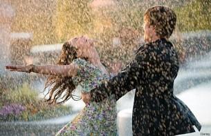 ...хто знищує власну любов,  хто не дозволяє допомогти собі у скруті,  хто цілими днями скаржиться на власну недолю або неперестанний дощ.