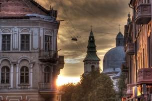 В Тернополе, на солнечном бульваре, Где молодежь гуляет в галифе, Где  гимназистки ходят пара в паре – Есть ресторан австрийский и кафе.