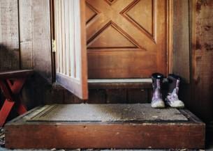 Глаша шарится по подвалам, в плетеном кошике тащит домой котят. Знакомые спишут на старость, соседи поскалятся и простят. У Глаши в мобильном сплошь номера приютов, ветеринарок, таких же Глаш...