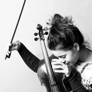 спасибо, спасибо, я знала ещё вначале, что уже ни к кому не будет такой печали, такой немоты, усталости и улыбки, такой ослепительной музыки, начинающейся со скрипки