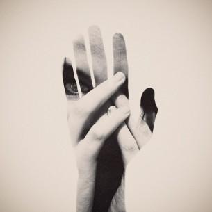Це слово — з задихань,  з притислих-к-грудям рук,  Це слово вище слів:  за ним — вже тільки стогін!..