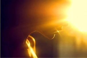 Ми себе роздираємо до мозолів на руках,  Щоби тільки побачити: те, що всередині нас – Це зачинений в клітку матерії сонячний птах…