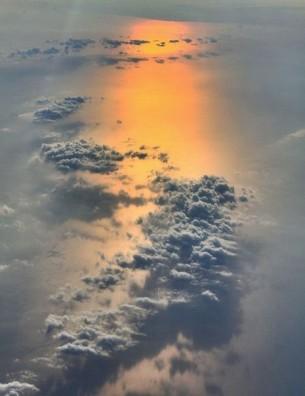Jeder steht allein auf dem Herzen der Erde Getroffen von einem Sonnenstrahl: Und plötzlich ist Abend.