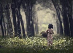 Я только лишь в детстве не знала,  Как тяжко быть очень большой,  Обычною и небывалой,  Для всех непонятной душой.