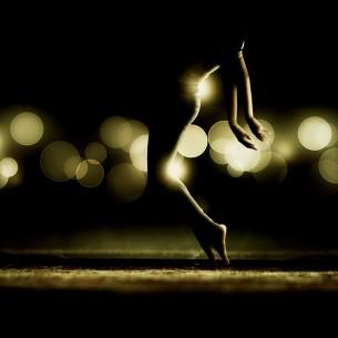 її дивувало відчуття пластиліну в колінах коли він ліпив з неї танець...