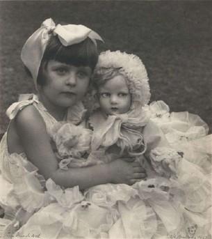 Elle aimait sa poupée, elle aimait ses amis Surtout Ruth et Anna et surtout Jérémie Et ils se marieraient un jour peut-être à Varsovie