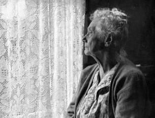Розтала в казці лагідна онука, а на яву ж то тали баба й дід... Звисали лиш тонкі бурульки-руки там, де плечей був лід.